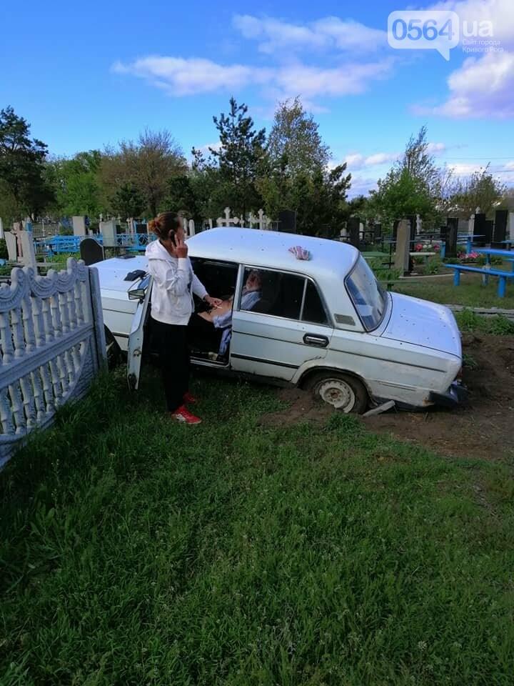На Днепропетровщине пьяный за рулем снес кладбищенскую ограду и памятник, - ФОТО, ВИДЕО, фото-2
