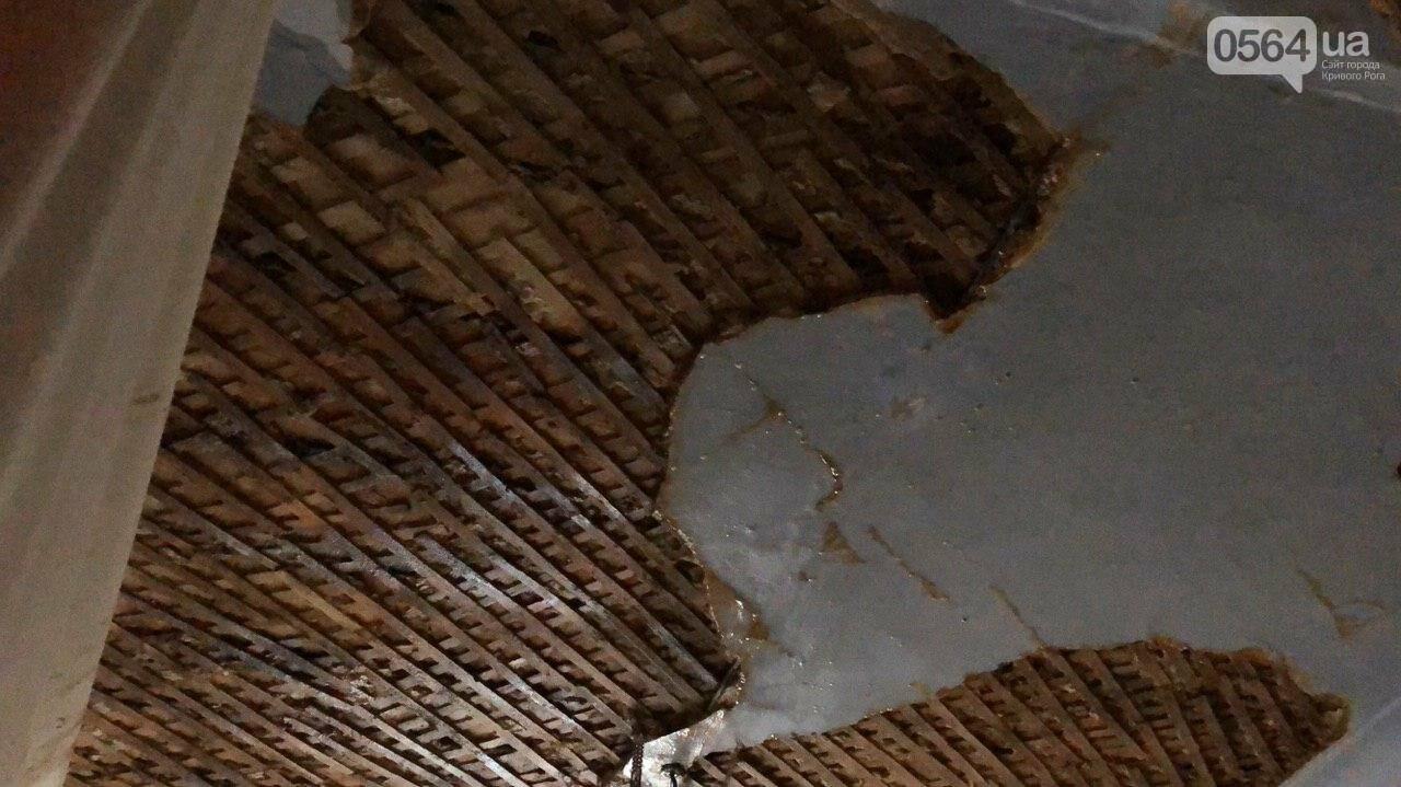 Из-за порыва трубы отопления в Криворожской многоэтажке рухнул потолок, - ФОТО, фото-2