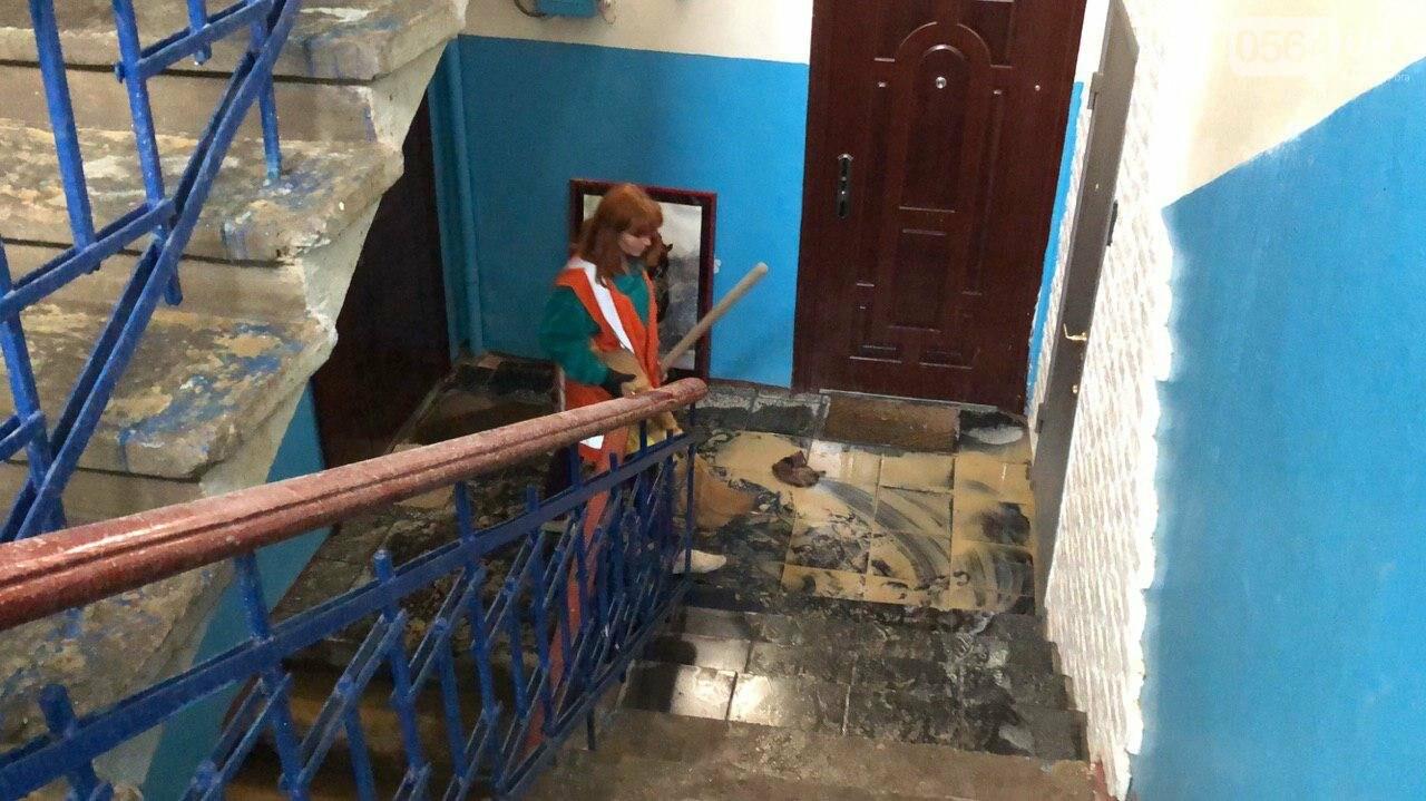 Из-за порыва трубы отопления в Криворожской многоэтажке рухнул потолок, - ФОТО, фото-11