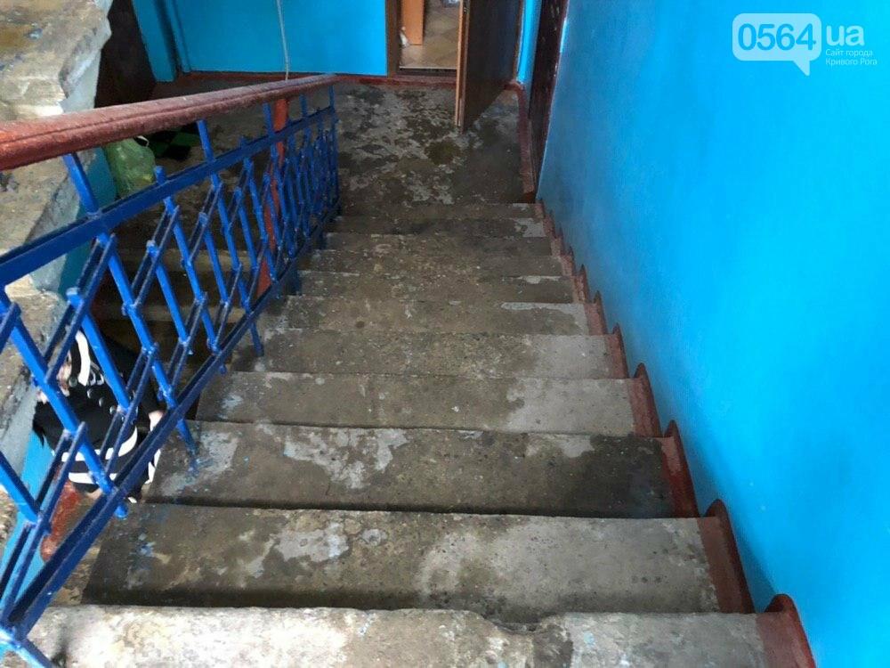 Из-за порыва трубы отопления в Криворожской многоэтажке рухнул потолок, - ФОТО, фото-10