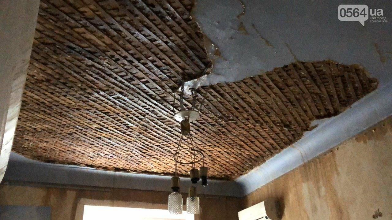 Из-за порыва трубы отопления в Криворожской многоэтажке рухнул потолок, - ФОТО, фото-7