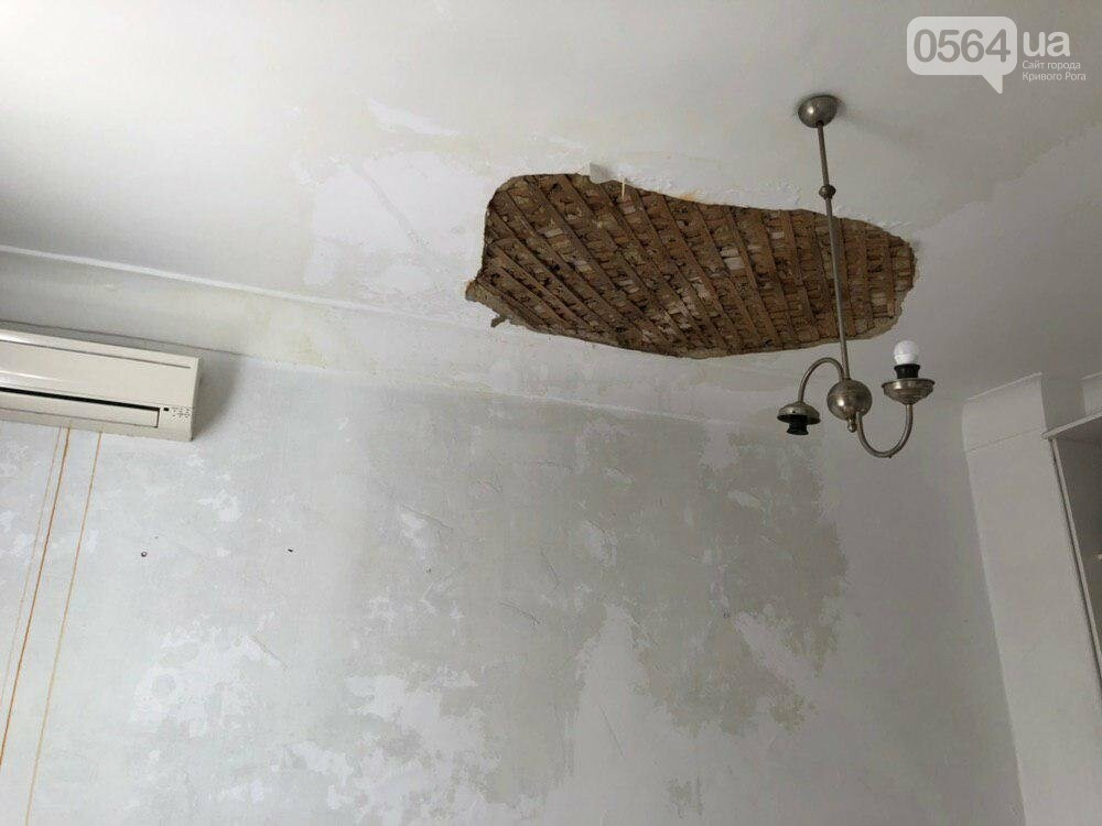 Из-за порыва трубы отопления в Криворожской многоэтажке рухнул потолок, - ФОТО, фото-15