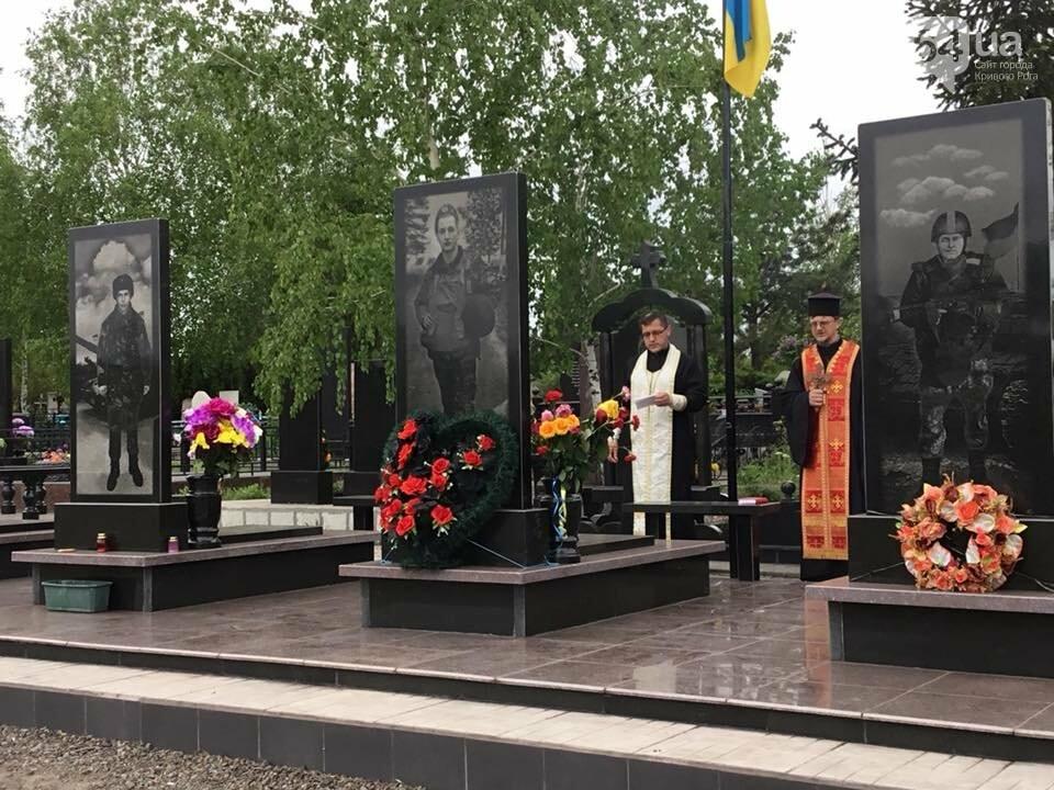 """""""Души их будут пребывать в блаженстве..."""", - в Кривом Роге священники ПЦУ провели панихиды на могилах воинов, погибших за Украину, - ФОТО,..., фото-5"""