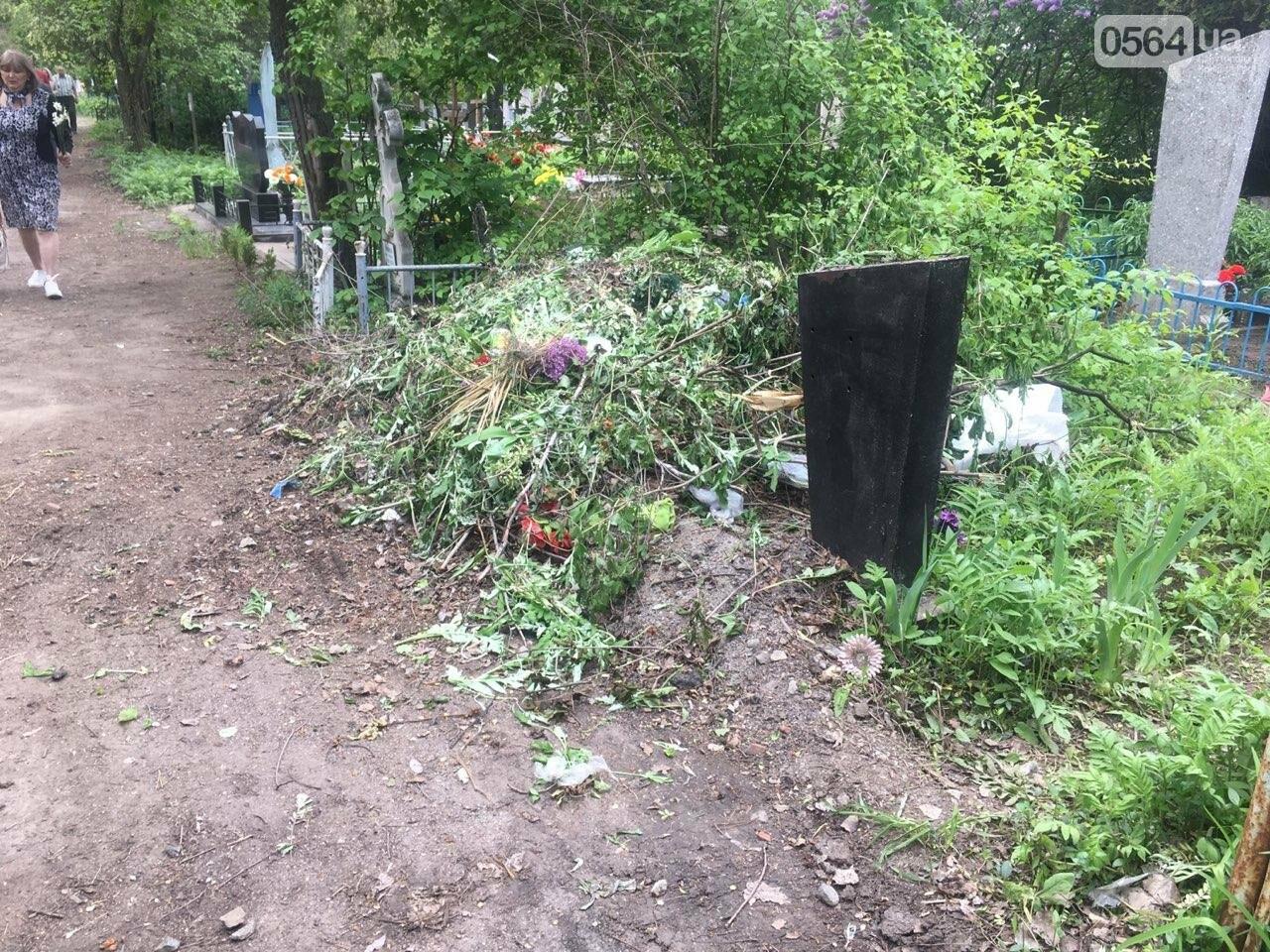За неделю с кладбищ Кривого Рога вывезли порядка 8 тысяч кубов мусора, - ФОТО , фото-15