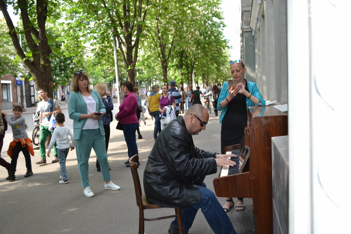 Играют все: на проспекте Почтовом в Кривом Роге проходит фестиваль уличной музыки, - ФОТО, ВИДЕО, фото-2