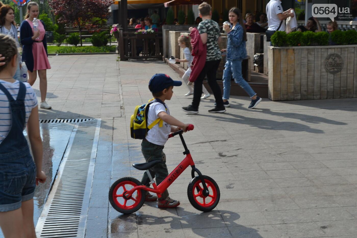 Играют все: на проспекте Почтовом в Кривом Роге проходит фестиваль уличной музыки, - ФОТО, ВИДЕО, фото-11