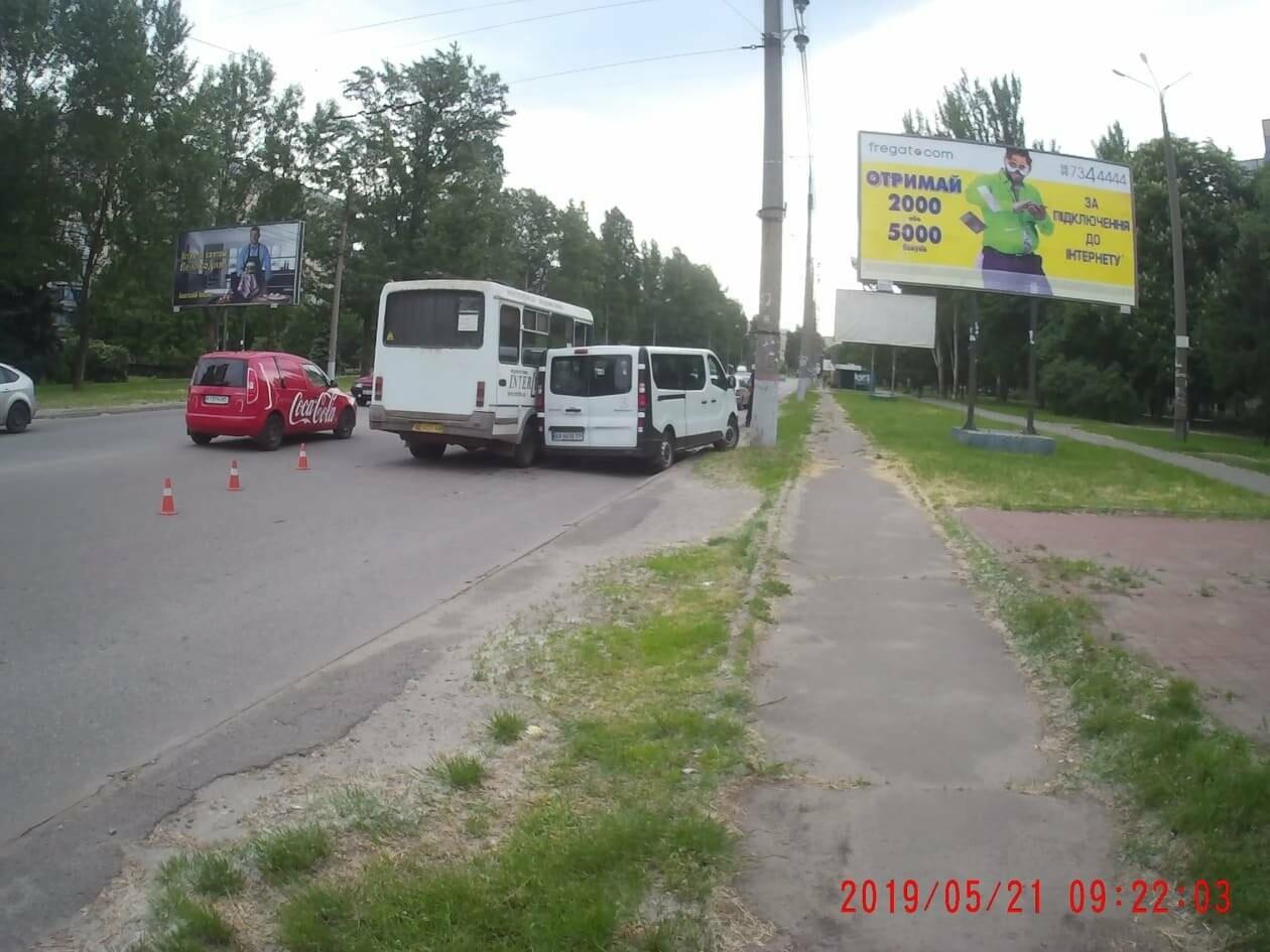 На Электрозаводской в Кривом Роге маршрутка въехала в Renault, - ФОТО, фото-4
