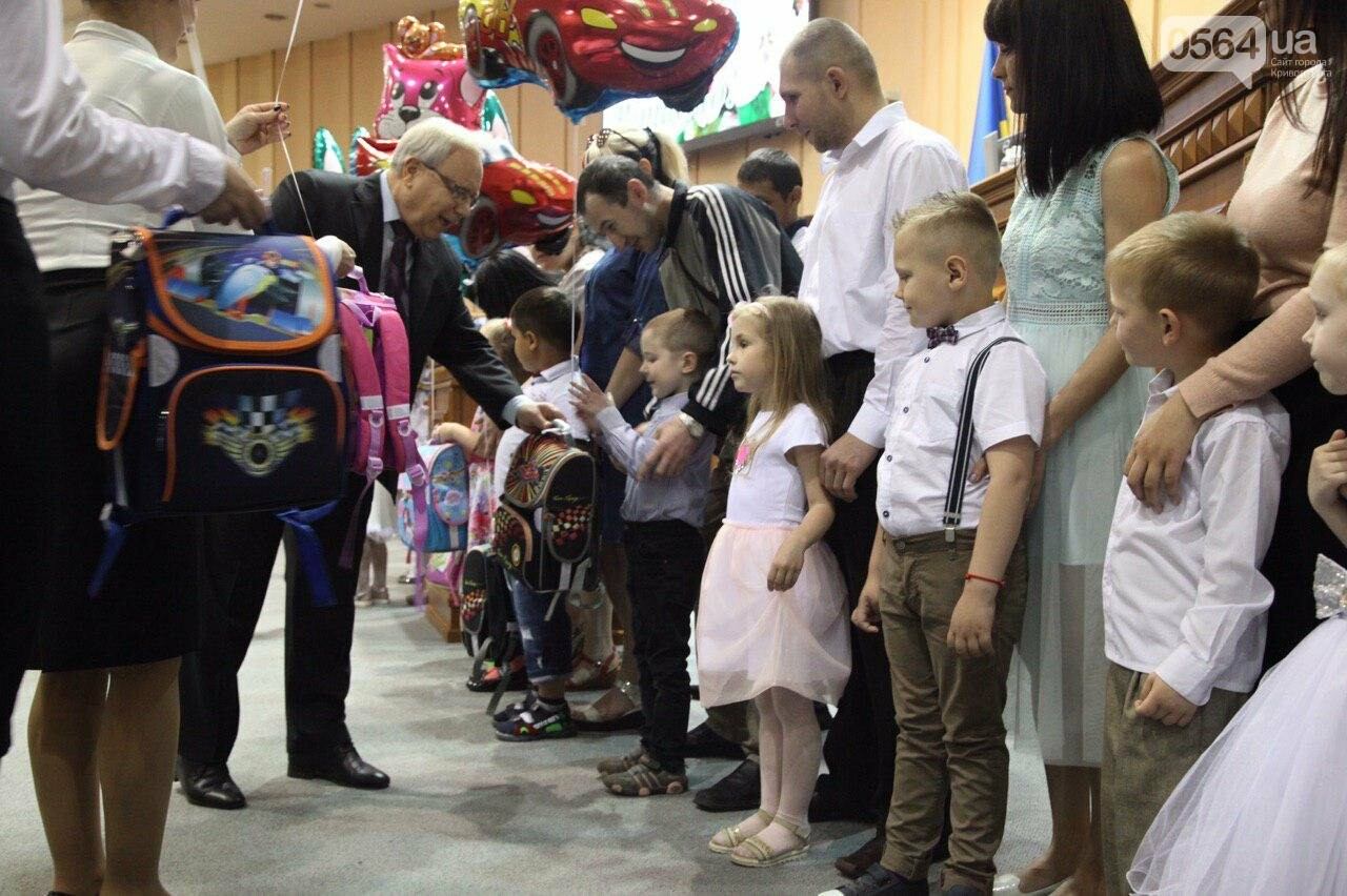 В Кривом Роге традиционно ко Дню города вручили подарки будущим первоклассникам, - ФОТО, фото-2