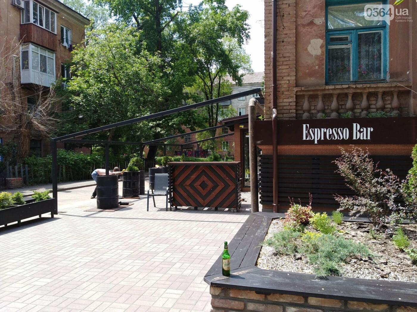 В Кривом Роге появилось кафе на тротуаре. Пешеходы обходят по проезжей части, - ФОТО, фото-1