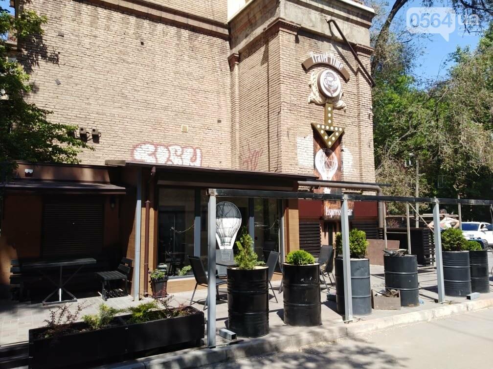 В Кривом Роге появилось кафе на тротуаре. Пешеходы обходят по проезжей части, - ФОТО, фото-2