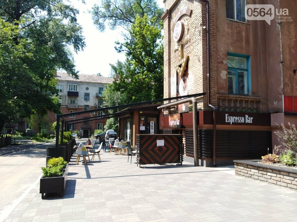 В Кривом Роге появилось кафе на тротуаре. Пешеходы обходят по проезжей части, - ФОТО, фото-3