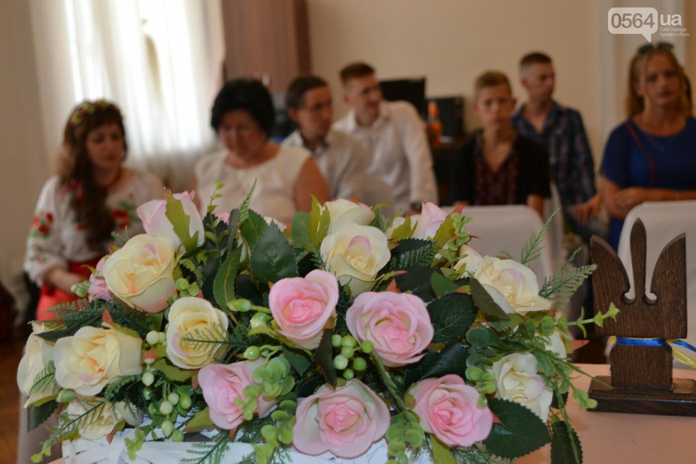 В Кривом Роге бойца 17 танковой бригады и его супругу в день бракосочетания крепко связали флагом Украины, - ФОТО, ВИДЕО, фото-9