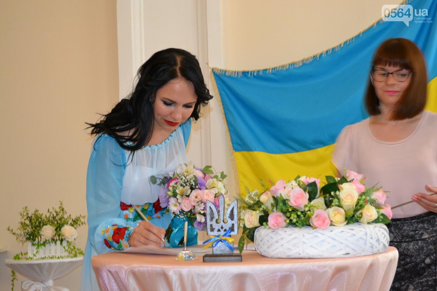 В Кривом Роге бойца 17 танковой бригады и его супругу в день бракосочетания крепко связали флагом Украины, - ФОТО, ВИДЕО, фото-11