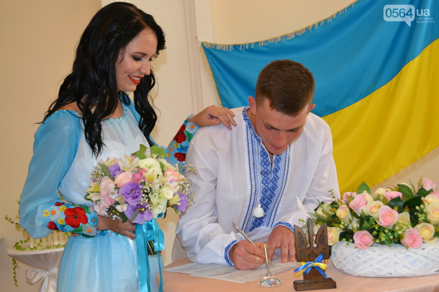 В Кривом Роге бойца 17 танковой бригады и его супругу в день бракосочетания крепко связали флагом Украины, - ФОТО, ВИДЕО, фото-2