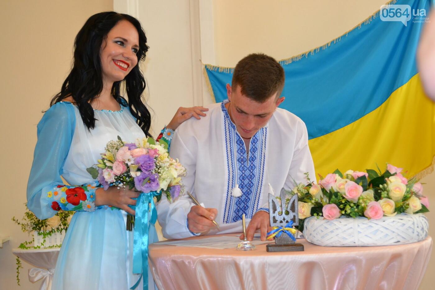 В Кривом Роге бойца 17 танковой бригады и его супругу в день бракосочетания крепко связали флагом Украины, - ФОТО, ВИДЕО, фото-14