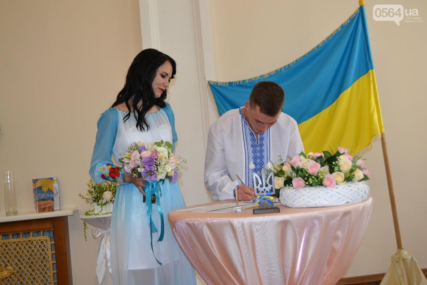 В Кривом Роге бойца 17 танковой бригады и его супругу в день бракосочетания крепко связали флагом Украины, - ФОТО, ВИДЕО, фото-15