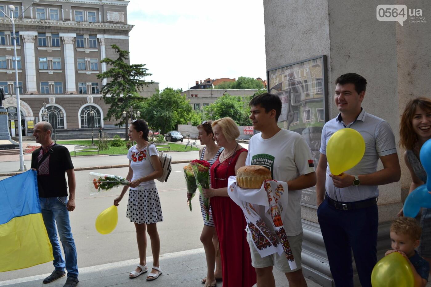 В Кривом Роге бойца 17 танковой бригады и его супругу в день бракосочетания крепко связали флагом Украины, - ФОТО, ВИДЕО, фото-21