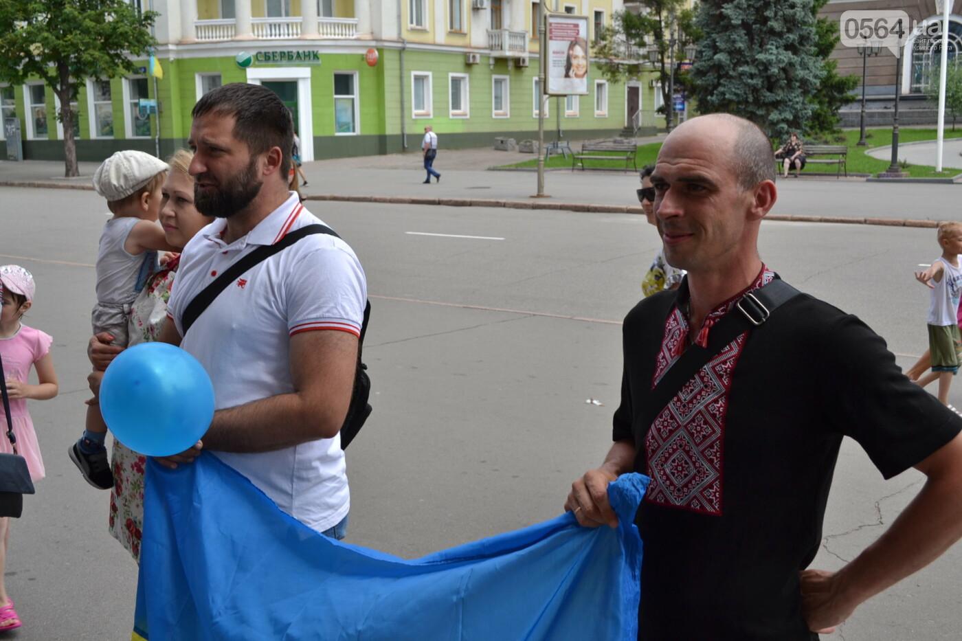 В Кривом Роге бойца 17 танковой бригады и его супругу в день бракосочетания крепко связали флагом Украины, - ФОТО, ВИДЕО, фото-28