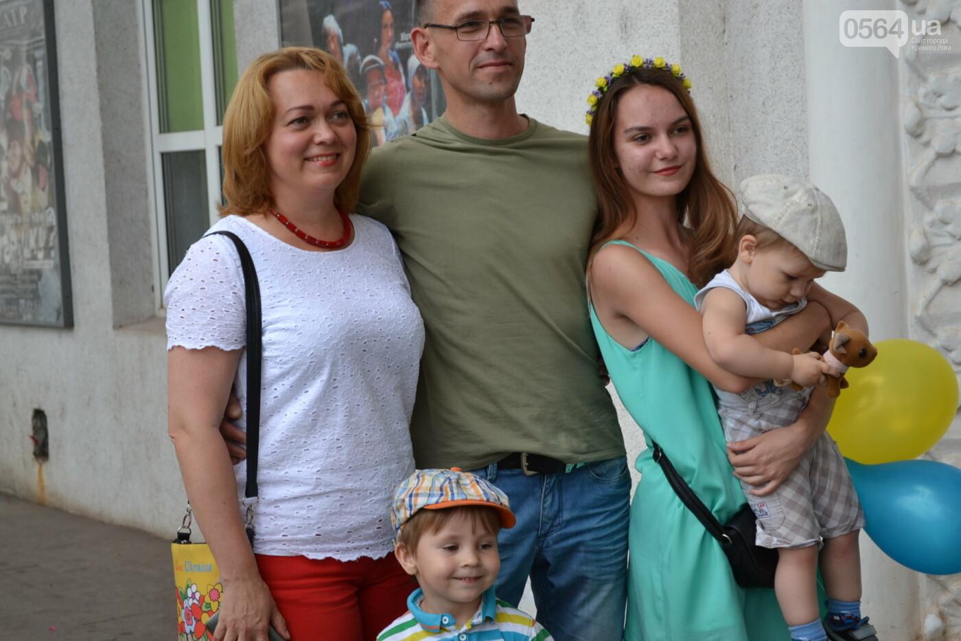 В Кривом Роге бойца 17 танковой бригады и его супругу в день бракосочетания крепко связали флагом Украины, - ФОТО, ВИДЕО, фото-30