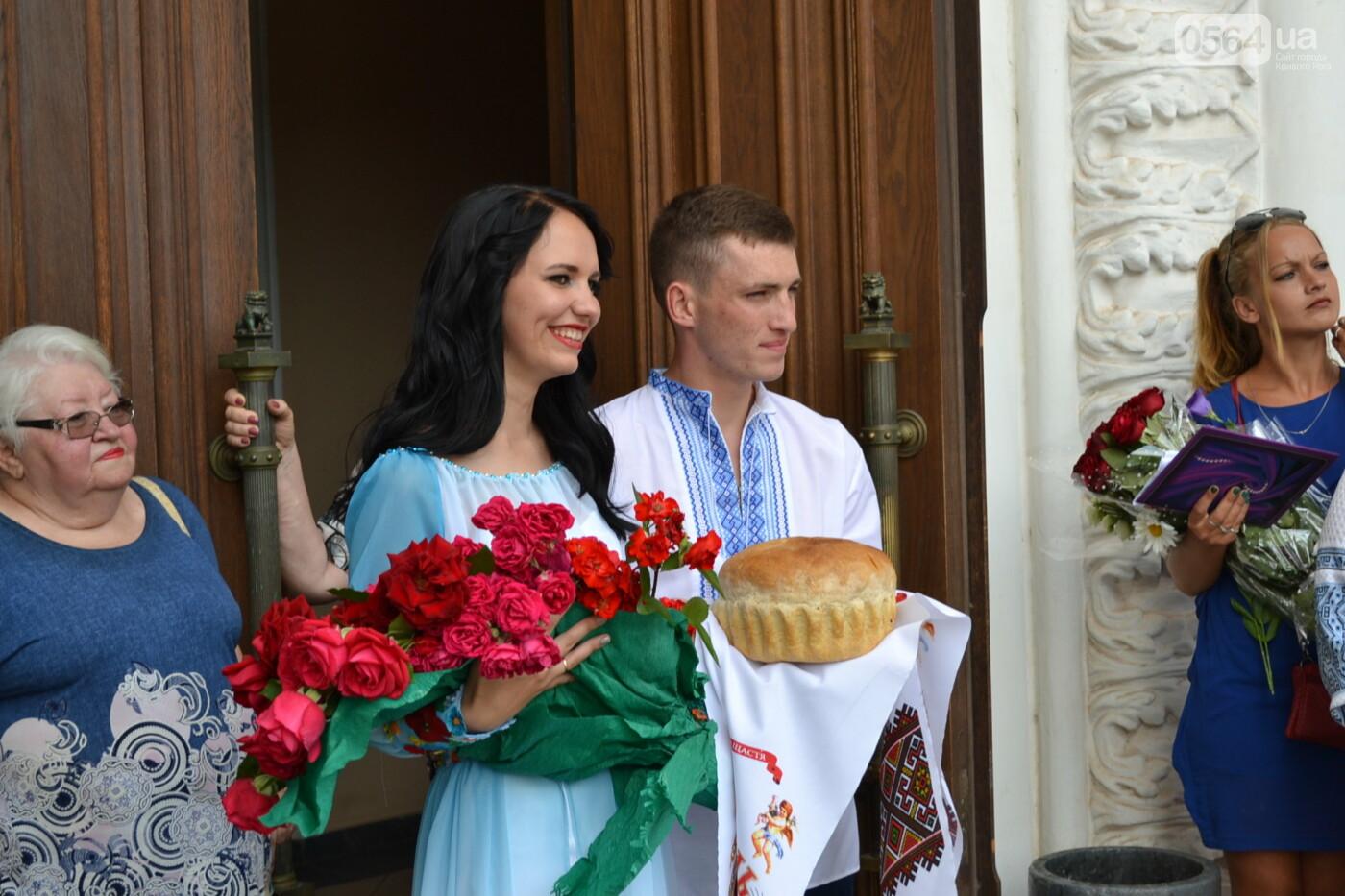 В Кривом Роге бойца 17 танковой бригады и его супругу в день бракосочетания крепко связали флагом Украины, - ФОТО, ВИДЕО, фото-34