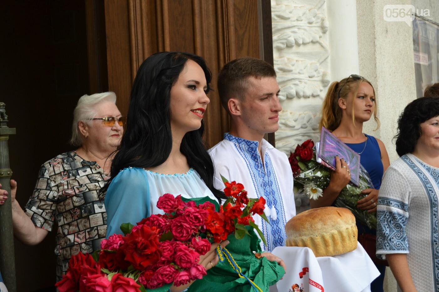 В Кривом Роге бойца 17 танковой бригады и его супругу в день бракосочетания крепко связали флагом Украины, - ФОТО, ВИДЕО, фото-36