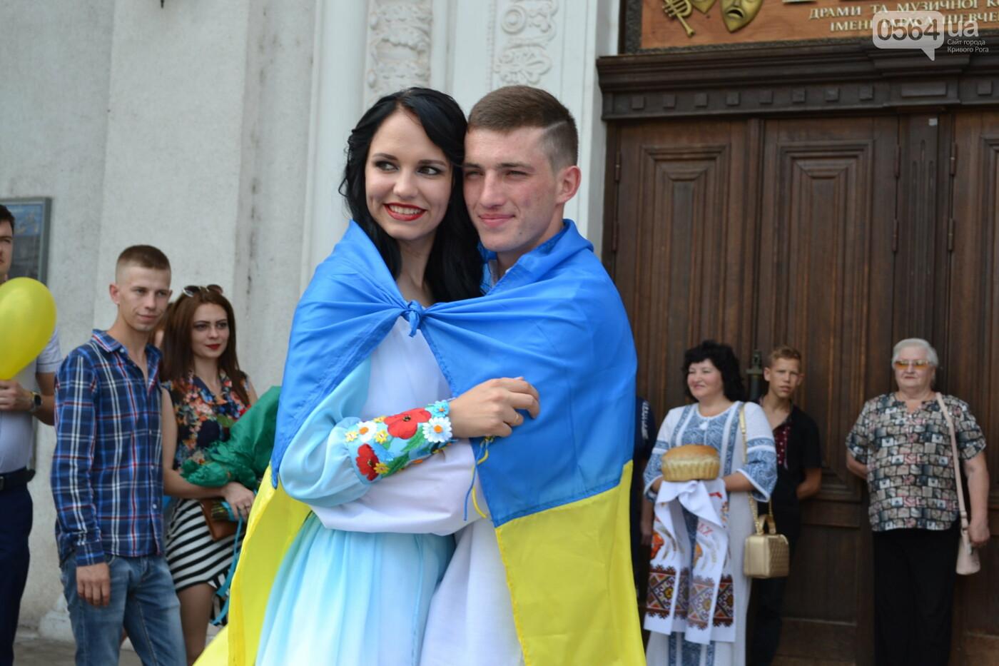 В Кривом Роге бойца 17 танковой бригады и его супругу в день бракосочетания крепко связали флагом Украины, - ФОТО, ВИДЕО, фото-1