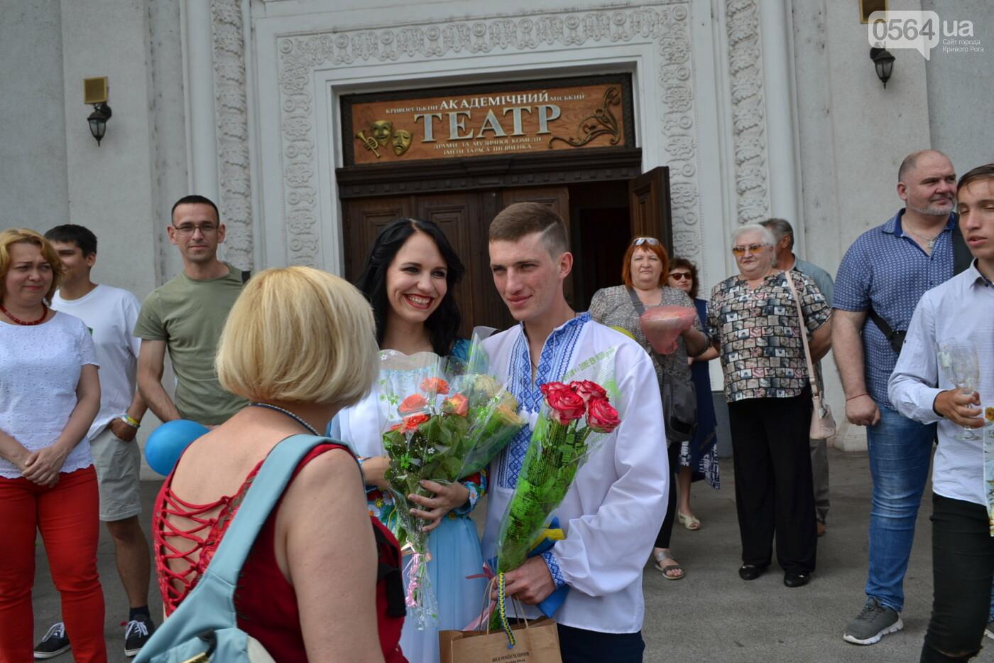 В Кривом Роге бойца 17 танковой бригады и его супругу в день бракосочетания крепко связали флагом Украины, - ФОТО, ВИДЕО, фото-40