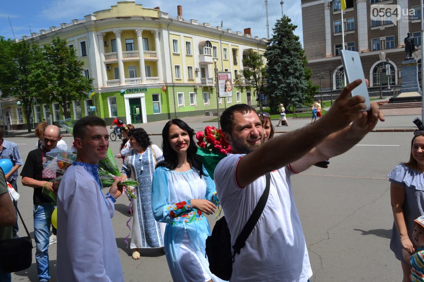 В Кривом Роге бойца 17 танковой бригады и его супругу в день бракосочетания крепко связали флагом Украины, - ФОТО, ВИДЕО, фото-43