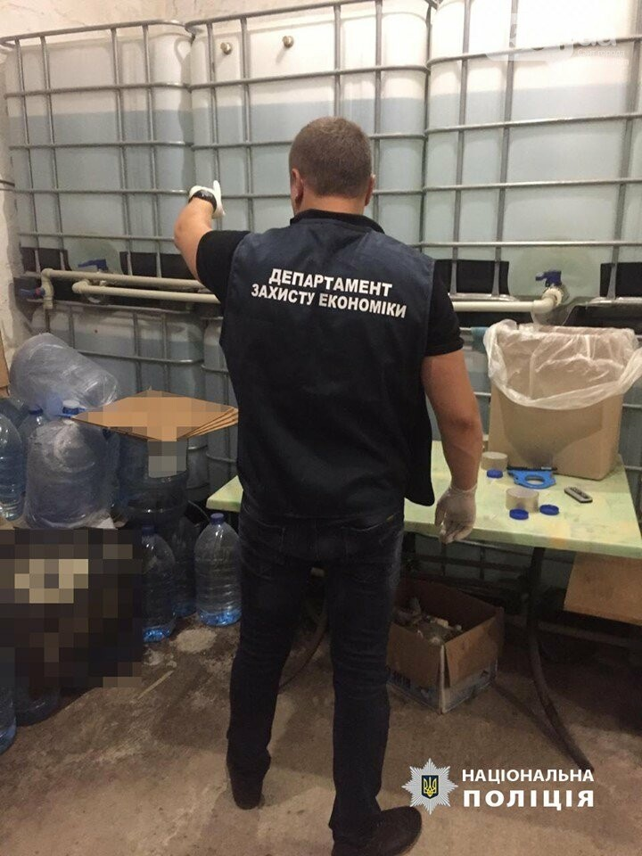 Проведено 18 обысков, изъято 10 тонн фальсификата, - в Кривом Роге накрыли подпольный водочный цех, - ФОТО, фото-4