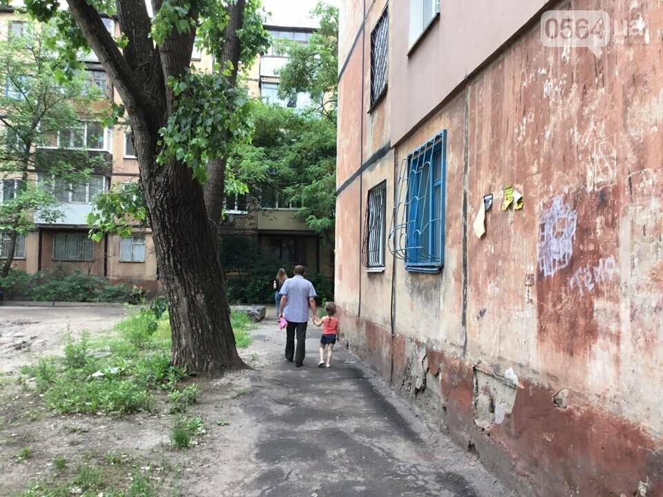 """Возле одного из домов в Кривом Роге обнаружили """"военный ящик"""". Жители вызвали полицию, - ФОТО, фото-6"""