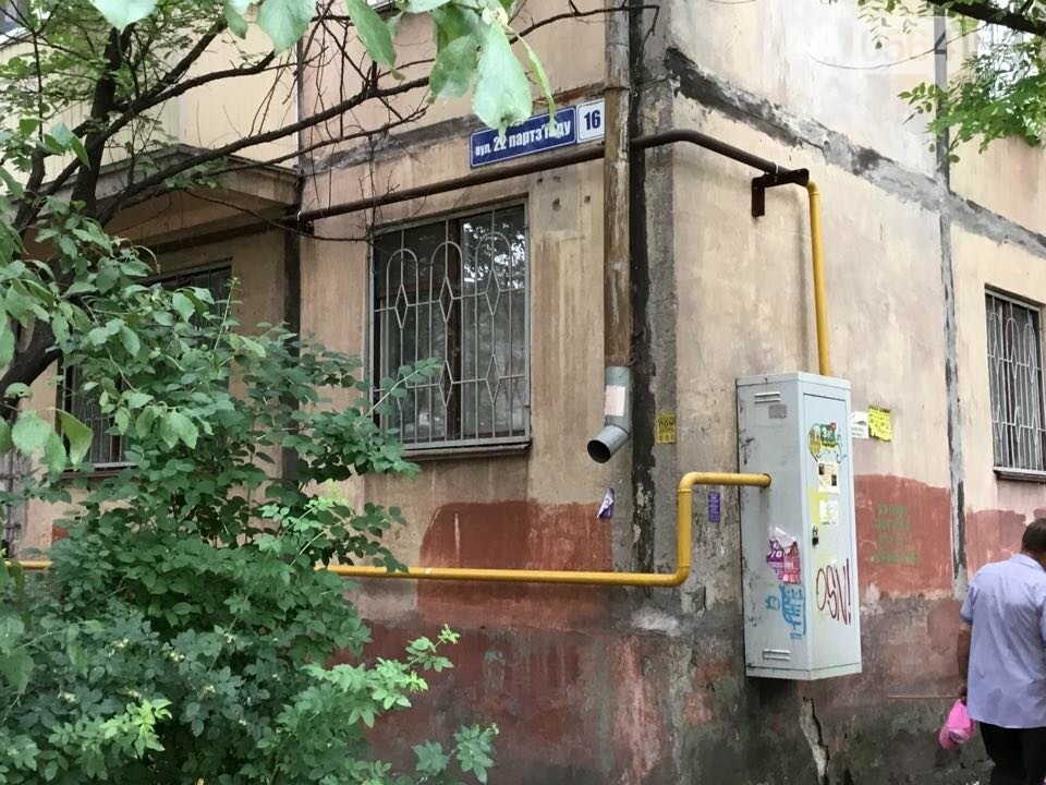 """Возле одного из домов в Кривом Роге обнаружили """"военный ящик"""". Жители вызвали полицию, - ФОТО, фото-2"""