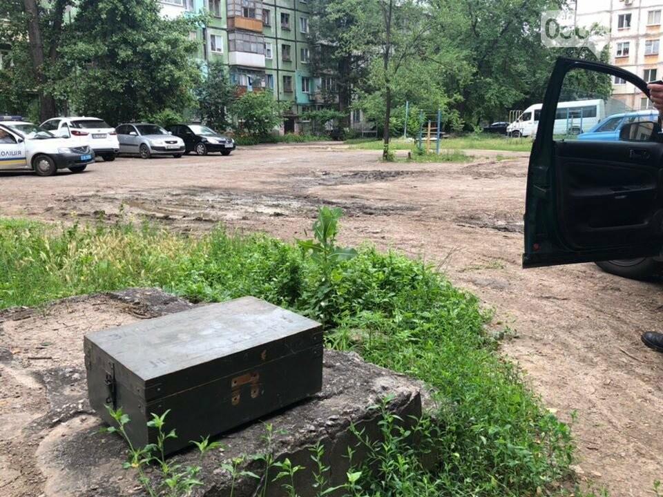 """Возле одного из домов в Кривом Роге обнаружили """"военный ящик"""". Жители вызвали полицию, - ФОТО, фото-7"""