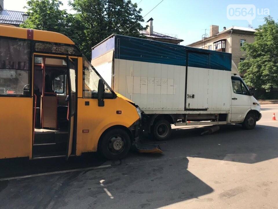 В Кривом Роге маршрутное такси попало в ДТП, есть пострадавшие, - ФОТО, фото-1