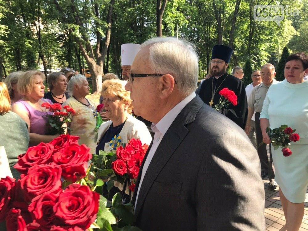 В День памяти участников АТО и ООС криворожане возложили цветы к памятнику защитникам Украины, - ФОТО, фото-4