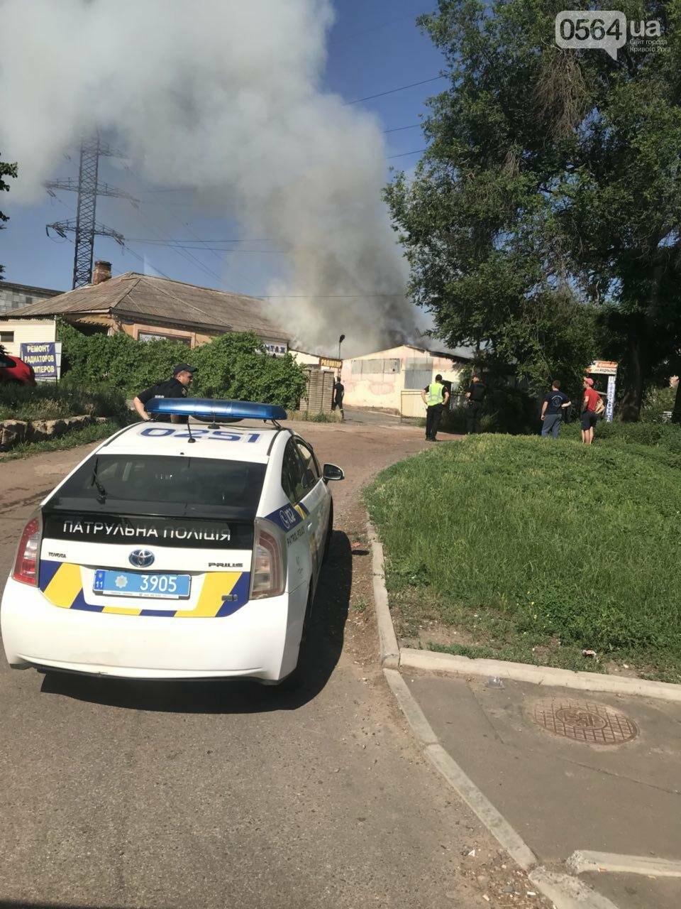 В Кривом Роге на СТО произошел пожар, сгорела как минимум одна машина, - ФОТО , фото-2