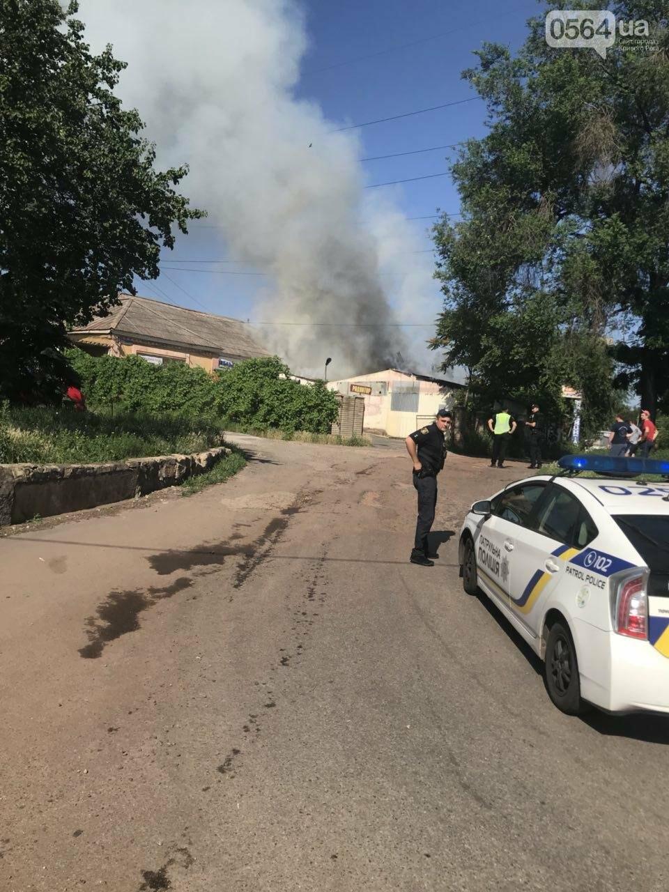 В Кривом Роге на СТО произошел пожар, сгорела как минимум одна машина, - ФОТО , фото-1