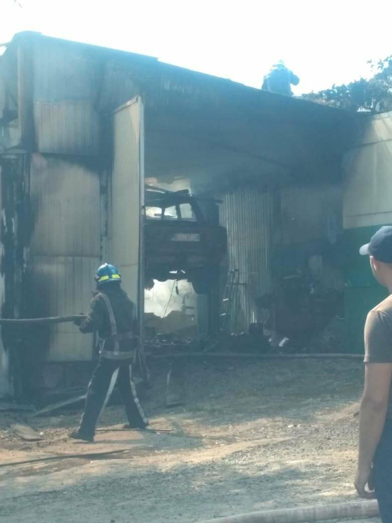 В Кривом Роге на СТО произошел пожар, сгорела как минимум одна машина, - ФОТО , фото-8