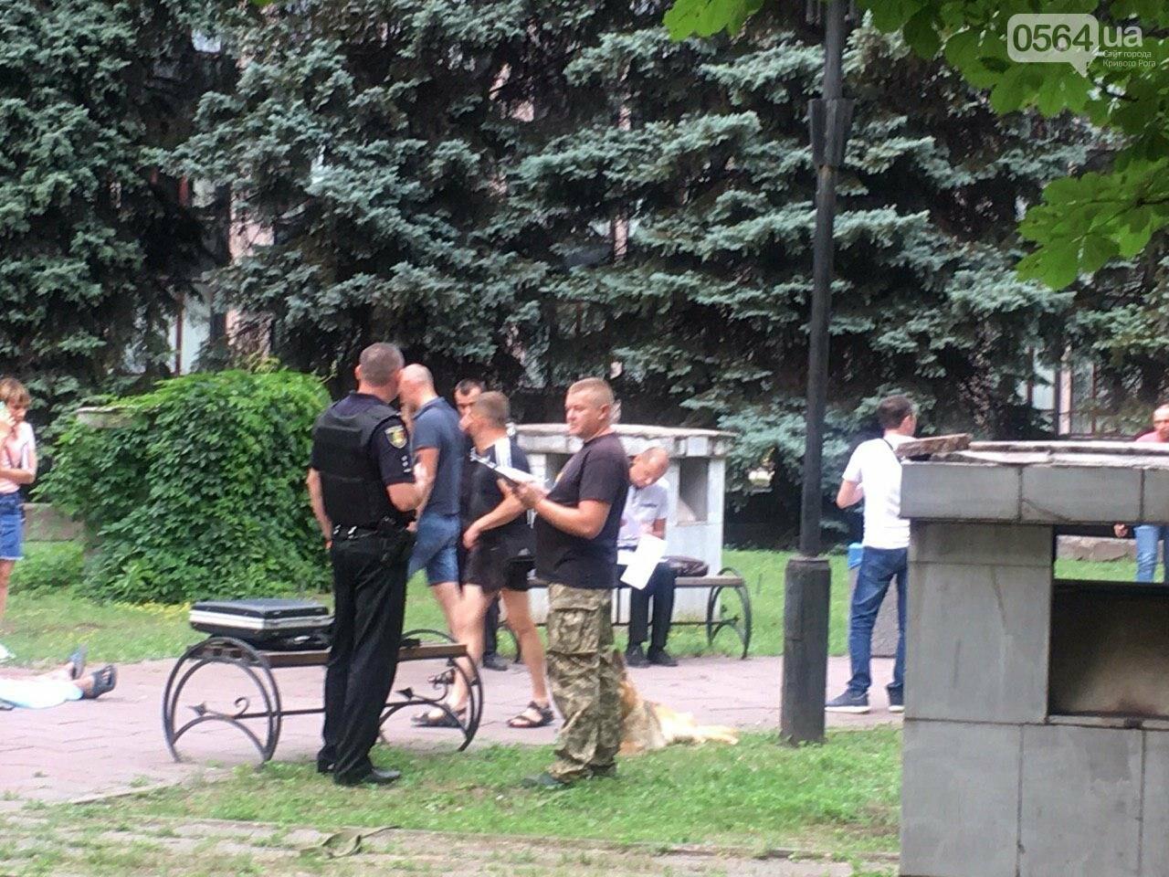 Возле мэрии Кривого Рога найдено тело мужчины с ножевыми ранениями. Рядом с убитым находится его собака, - ФОТО, ВИДЕО 18+, фото-15
