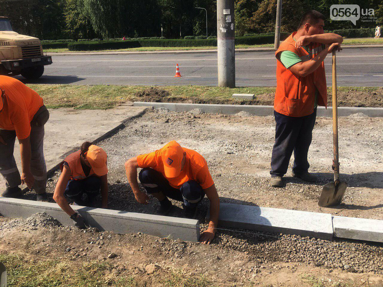 В Кривом Роге ремонтируют пешеходную дорожку к горисполкому, - ФОТО , фото-8