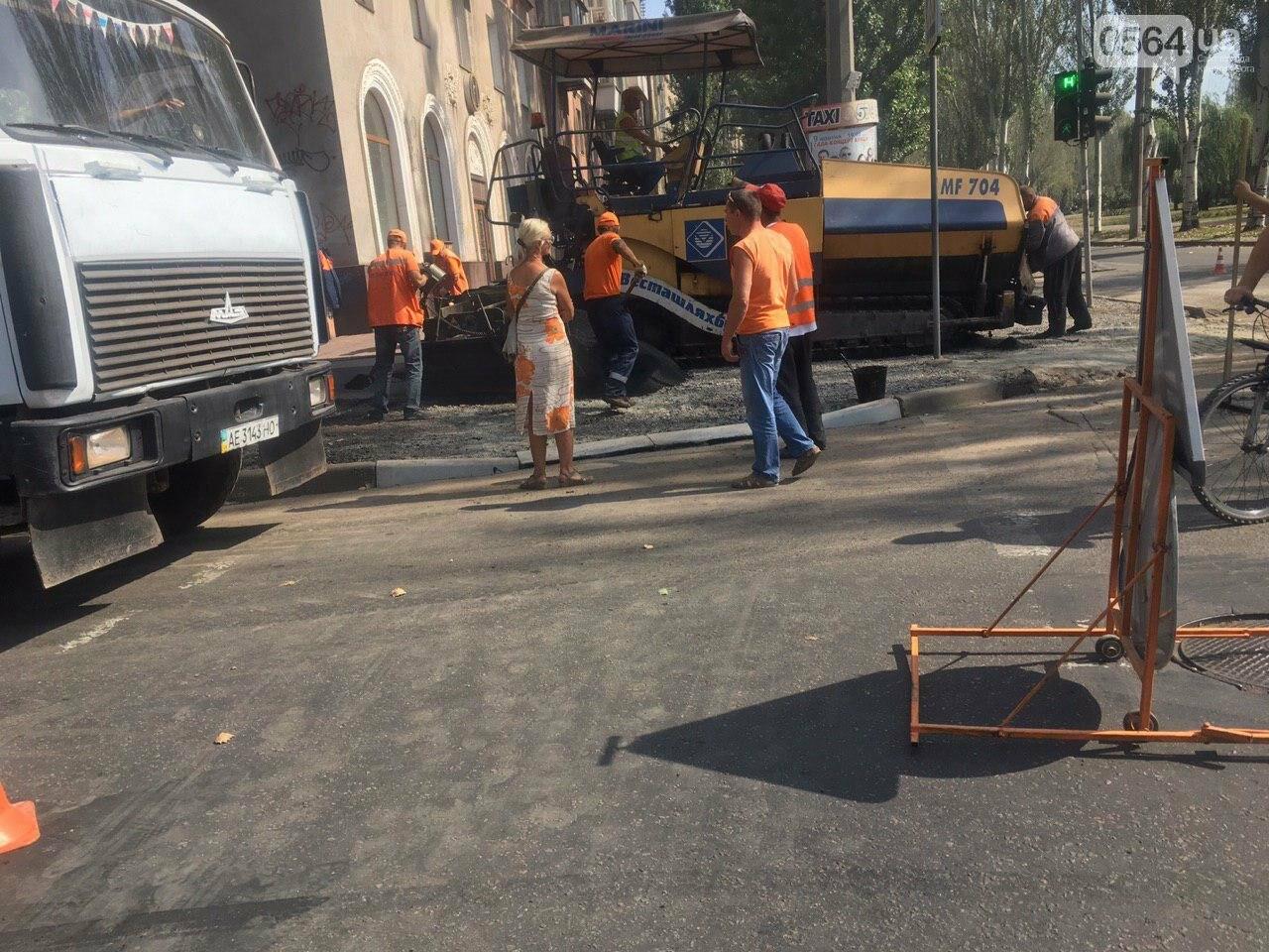 В Кривом Роге ремонтируют пешеходную дорожку к горисполкому, - ФОТО , фото-47
