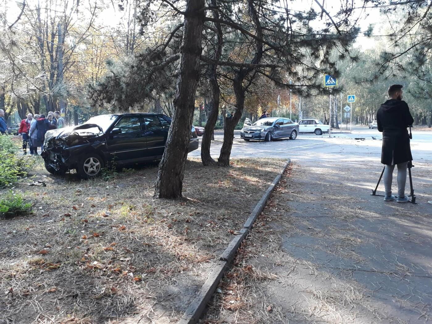 ДТП в Кривом Роге: от удара Chery выбросило далеко за пределы проезжей части, фото-1
