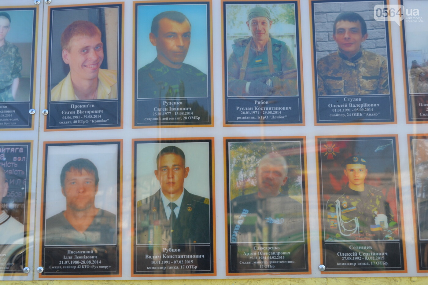 Поздравить живых, поклониться погибшим, - сегодня День защитника Украины, - ФОТО, фото-5