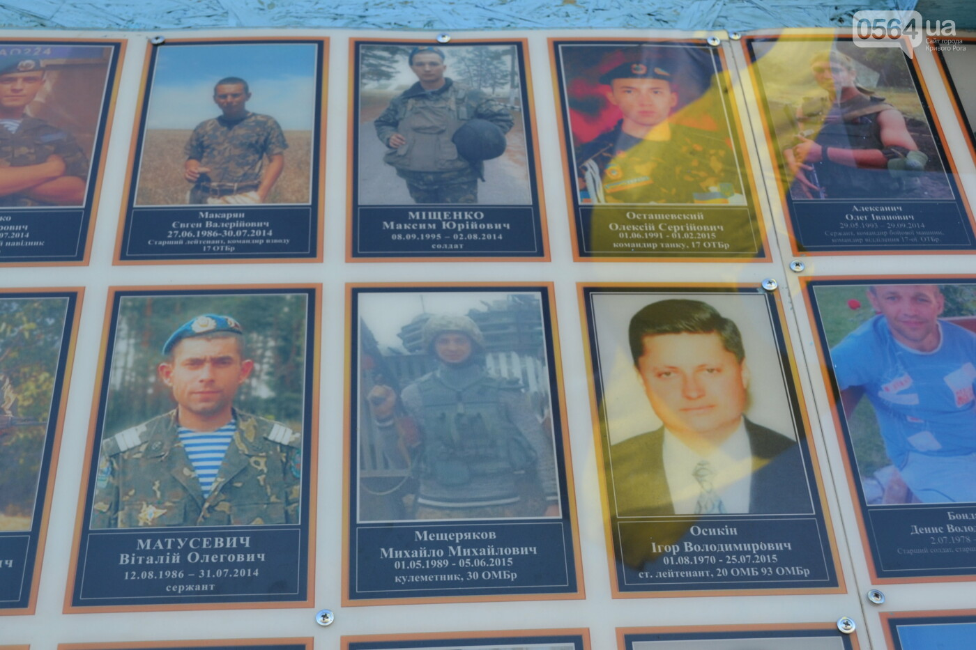 Поздравить живых, поклониться погибшим, - сегодня День защитника Украины, - ФОТО, фото-16