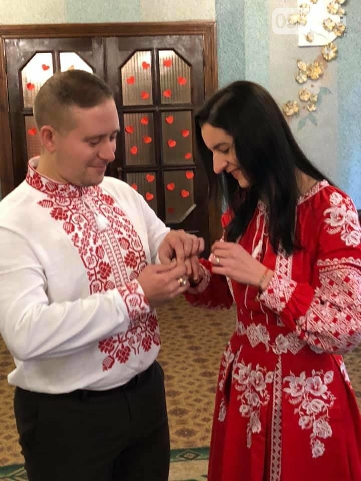 В Кривом Роге молодая пара поженилась в эффектных алых вышиванках, - ФОТО, фото-2