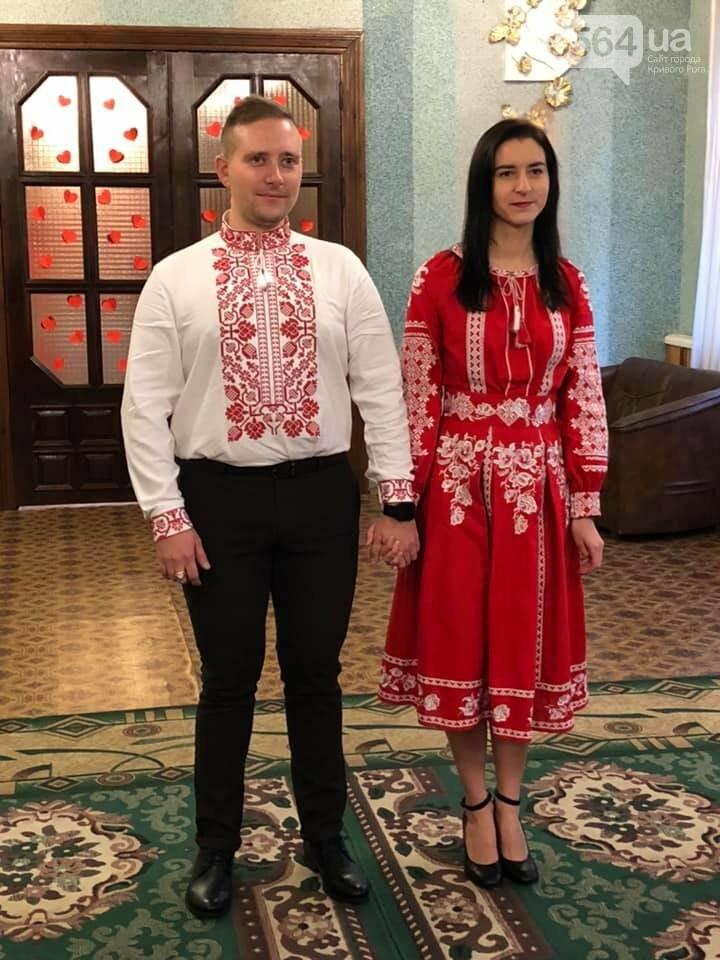 В Кривом Роге молодая пара поженилась в эффектных алых вышиванках, - ФОТО, фото-3