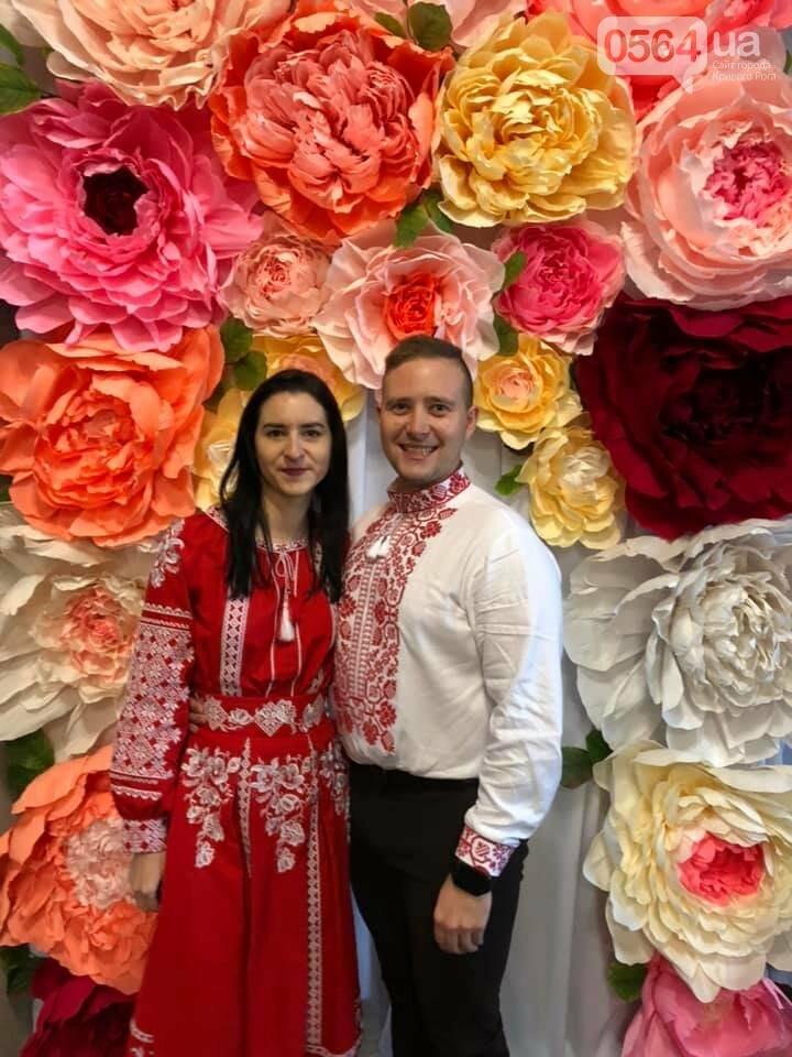 В Кривом Роге молодая пара поженилась в эффектных алых вышиванках, - ФОТО, фото-1