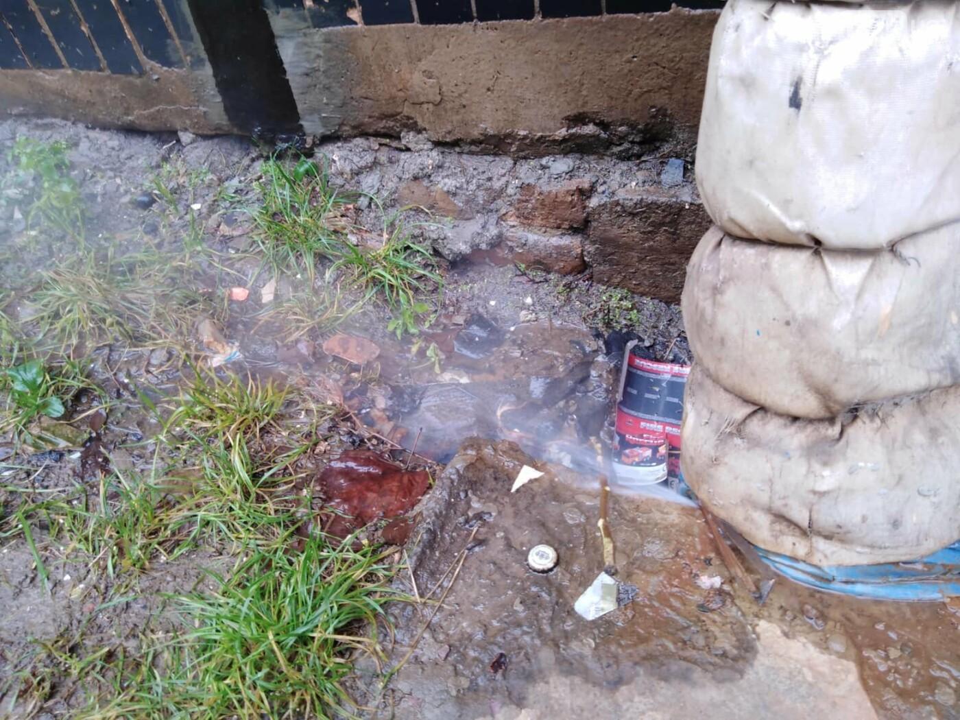 Не дождавшись тепловиков, криворожане принялись ликвидировать аварию на теплосети подручными средствами, - ФОТО, фото-1