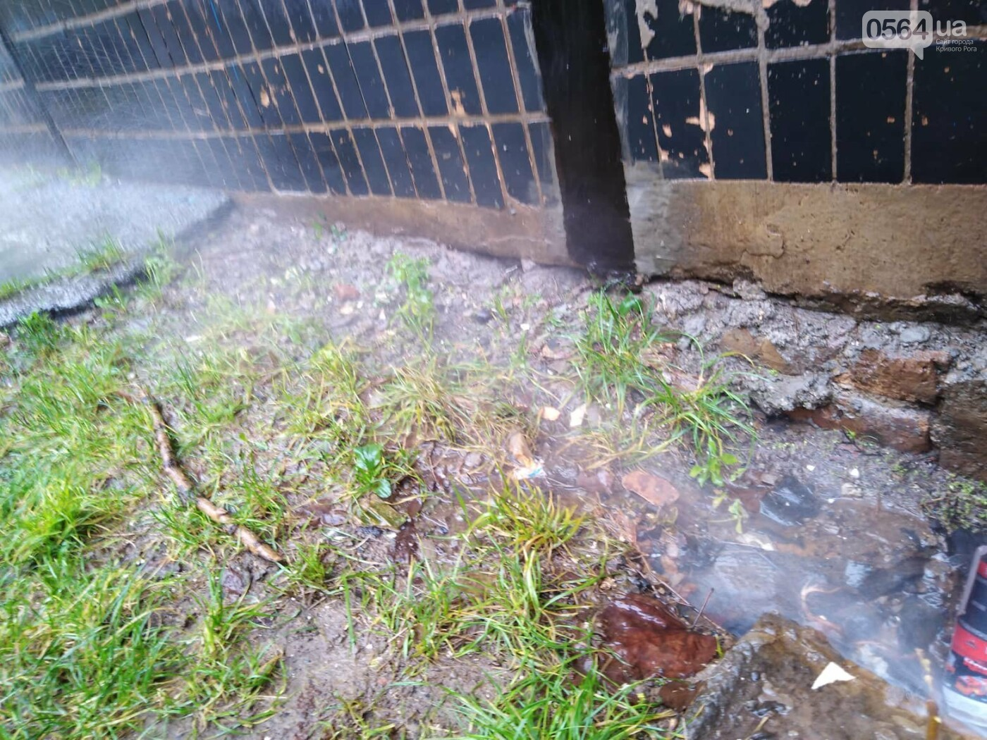 Не дождавшись тепловиков, криворожане принялись ликвидировать аварию на теплосети подручными средствами, - ФОТО, фото-3