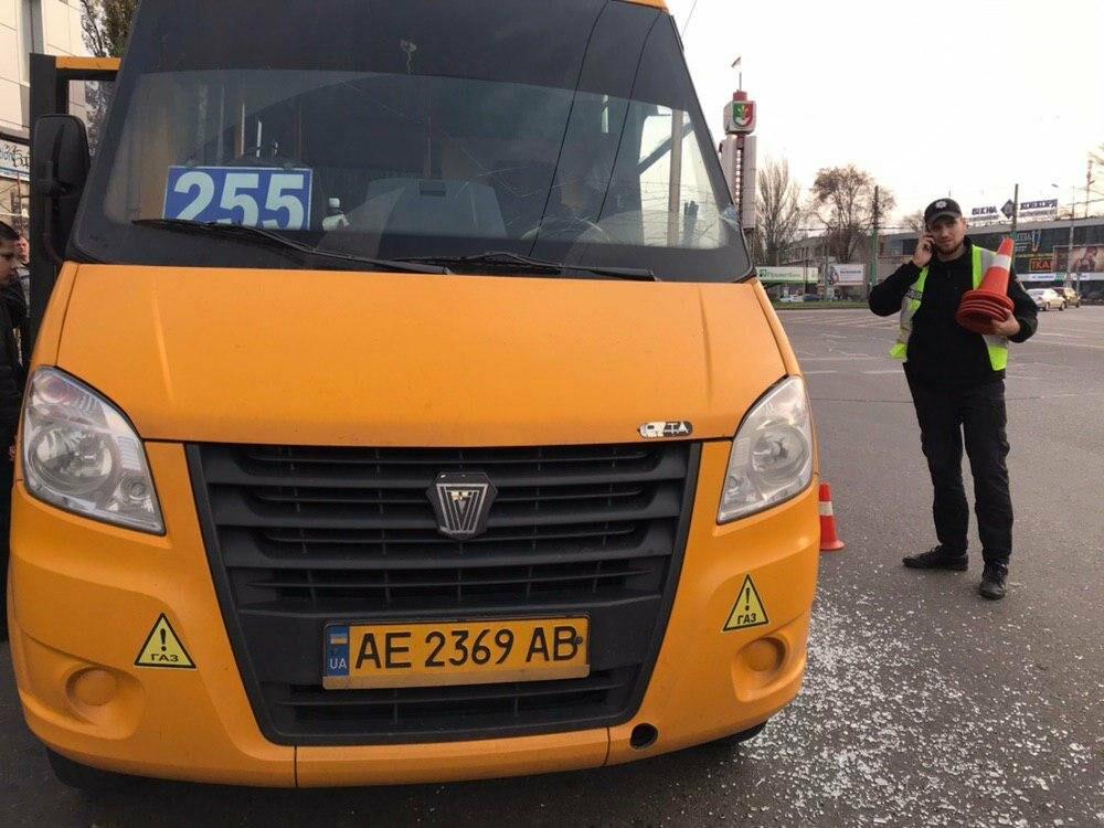В центре Кривого Рога дорогу не поделили трактор и маршрутка, - ФОТО , фото-1