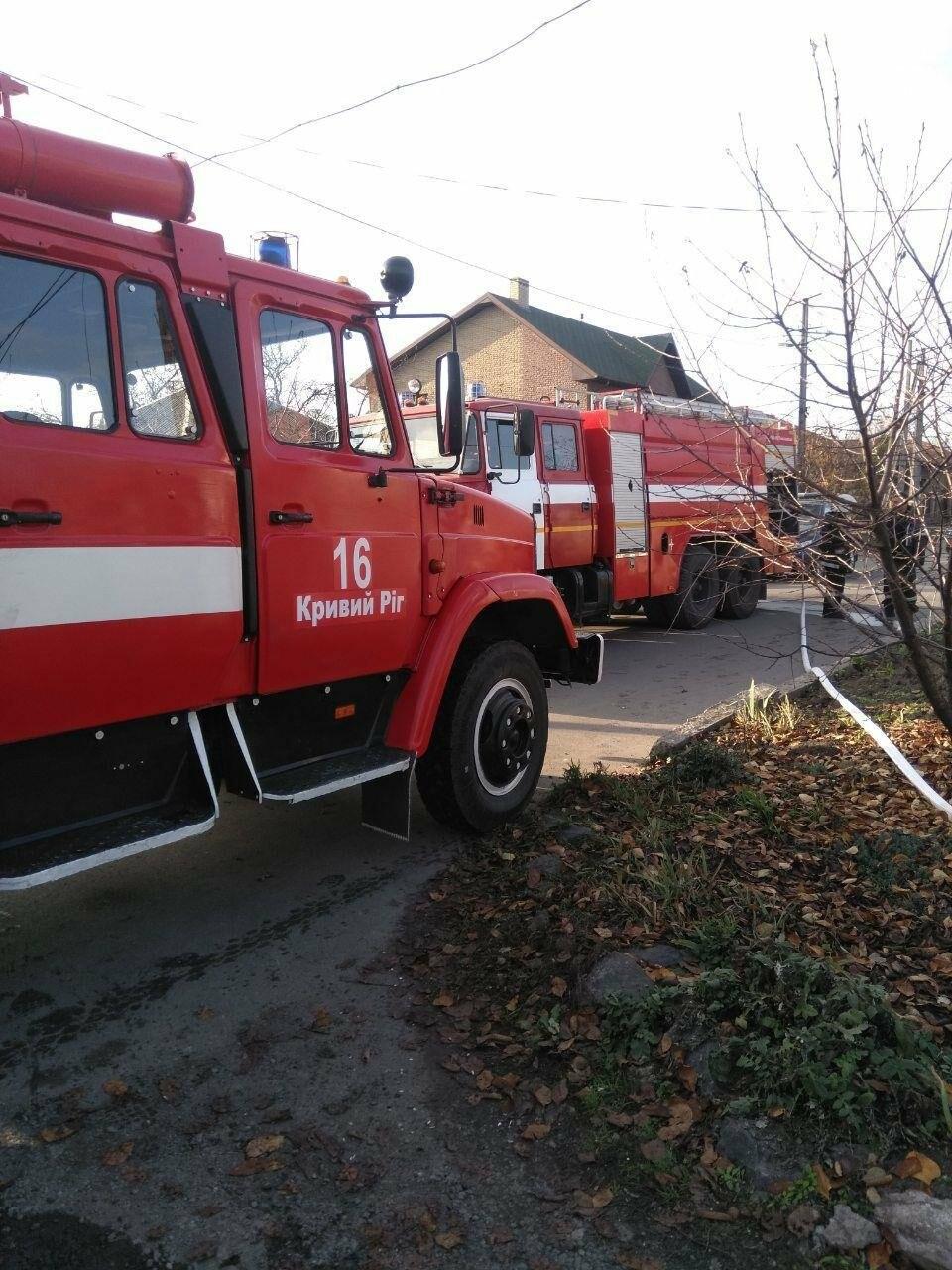 Машина, гараж, крыша летней кухни сгорели в результате пожара в Кривом Роге, - ФОТО  , фото-7